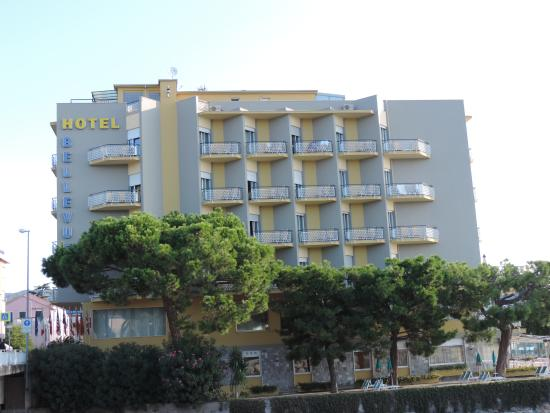 Bellevue et Mediterranee : view or rear of hotel