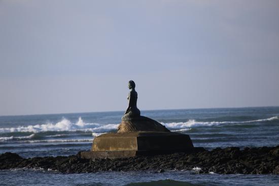 La Dolce Vita: Statue at Beach