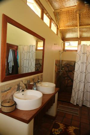 Nkuringo Bwindi Gorilla Lodge: Bathroom inside cottage