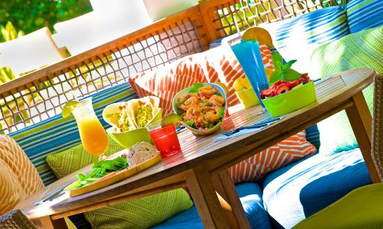Parrot Key Hotel and Resort: Poolside Dining at Cafe Blue
