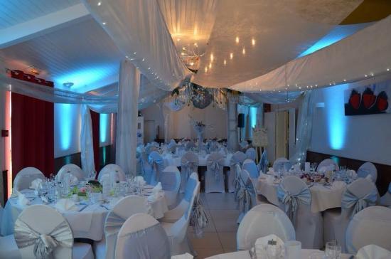 Le Cellier, France : la salle des Folies Blanches décorée pour un mariage