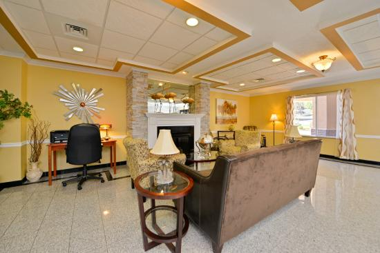 BEST WESTERN PLUS New England Inn & Suites: Spacious lobby