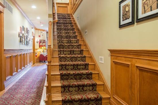 Brick Street Inn: Center Stairway