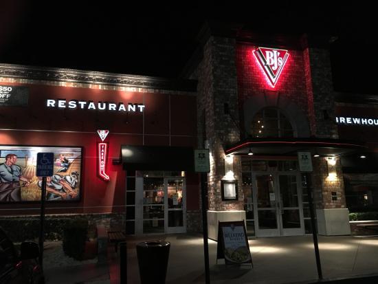 BJ's Restaurant & Brewhouse: entrance