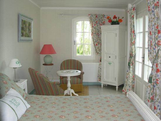 Saint-Julien-de-Chedon, Fransa: chambre verte en rez de jardin