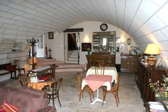Saint-Julien-de-Chedon, Fransa: accueil et petit déjeuner dans le chai