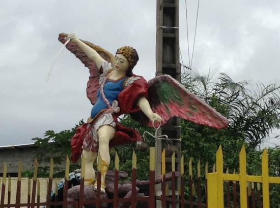 L'Eglise St-Michel Libreville: Place de la Statuette Saint Michel le Saint Patron