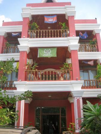 Sidewalk Never Die Hotel Siem Reap: Front of hotel
