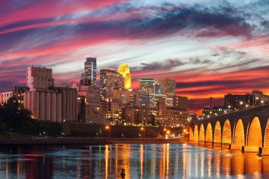 Courtyard Minneapolis St. Paul/Roseville: Mpls Skyline And Stone Arch Bridge