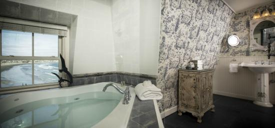 The Chanler at Cliff Walk: French Provincial Bathroom
