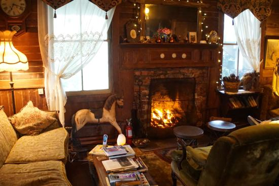 Howard Creek Ranch: Warm, charming breakfast room in the old farmstead