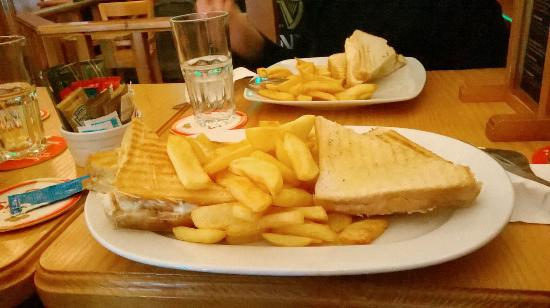 O'shea's Irish Pub : Toastie & chips!