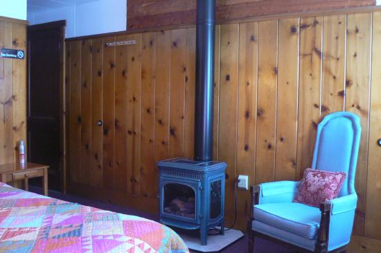 Jo's Motel and Campground: Gas Fireplace in Single or Suite