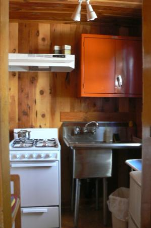 Jo's Motel and Campground: Kitchen in Suite