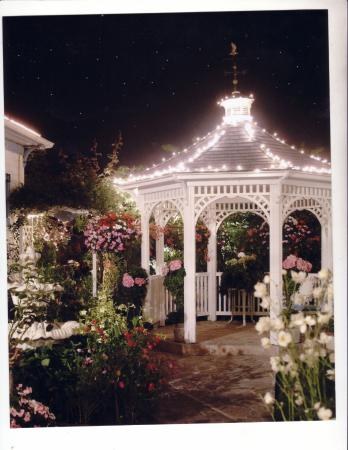 Mill Rose Inn: Front Gazebo at night