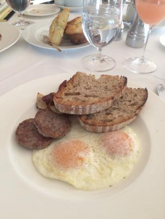 Pitcher Inn: Breakfast, house made sausage and fresh local eggs!