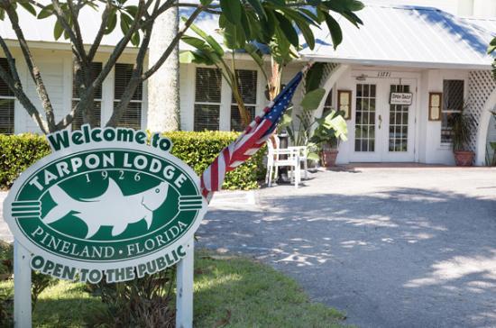Tarpon Lodge & Restaurant: Front entrance