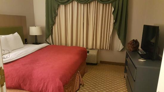 Country Inn & Suites By Carlson, York : Queen bed room: separate bedroom and living space.