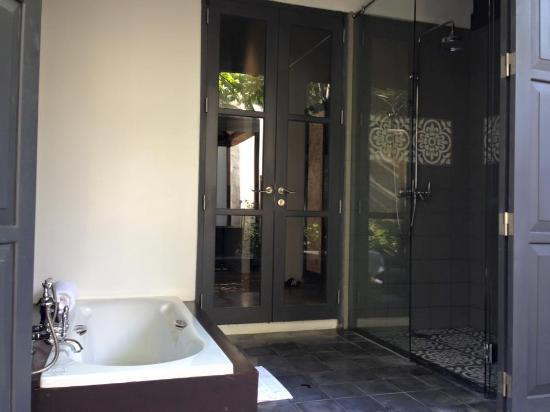 Hotel de la Paix: Bathtub and showerroom