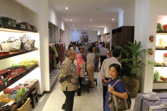 Museum Batik Danar Hadi  kita bisa belanja aneka macam batik dan souvenir  di showroom ini 42460283c5