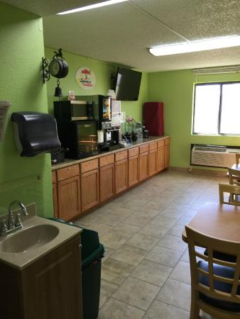 Super 8 Emporia: Breakfast room