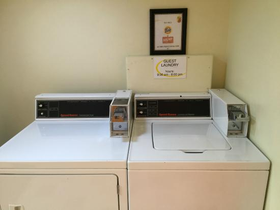 Super 8 Emporia: Washer and dryer
