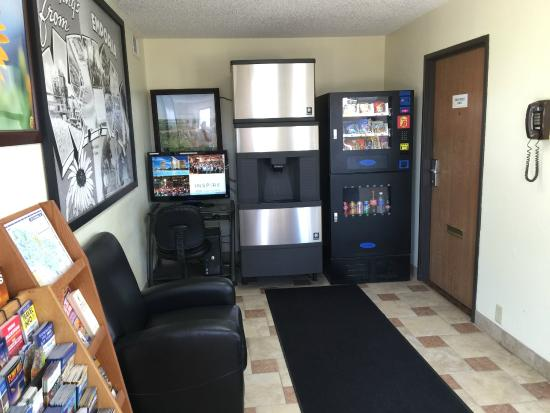 Super 8 Emporia: Vending and ice machines