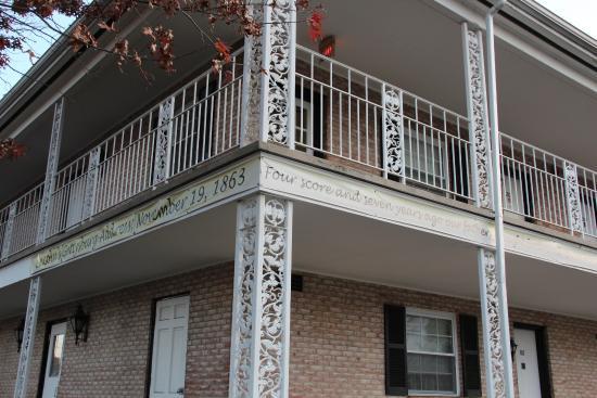 Quality Inn Gettysburg Battlefield: Gettyburg Address below the railing