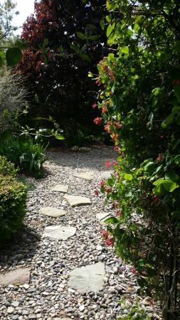 The Iron Gate Inn and Winery: Pathway to the garden jacuzzi