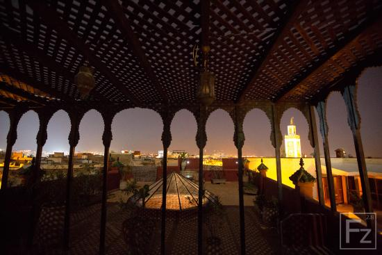 Riad d'Or Hotel: Night time over the city