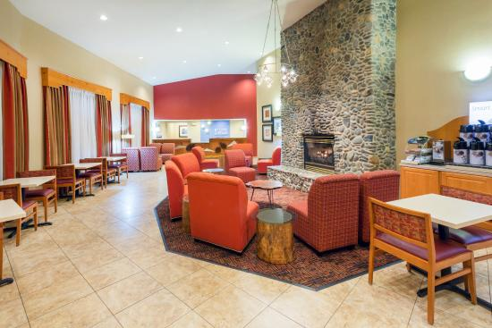 Roseburg, Oregón: Hotel Lobby and Reception Desk Await Your Arrival