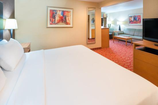 Roseburg, OR: King Suite Guest Room Sleeping area with Additional Sitting area