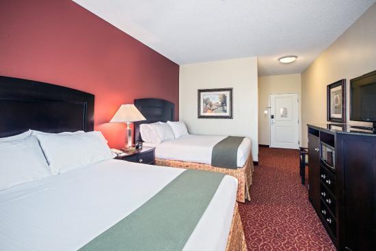 Vandalia, IL: Convenient Two Queen Leisure Guest Room