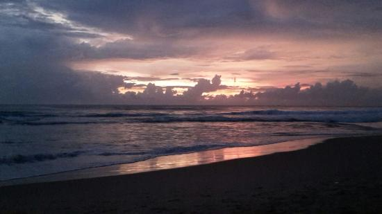 Ritas Hotel : ondergaande zon op het strand vanaf het terras van het hotel
