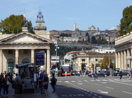 Central Hostel : Vy från centrala Bergamo upp mot den gamla staden.