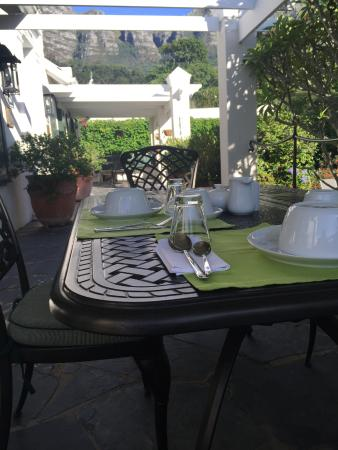 Kidger House Guest House: breakfast on our doorstep