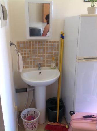 Pervolia, Κύπρος: Washing sink next to fridge in kitchen