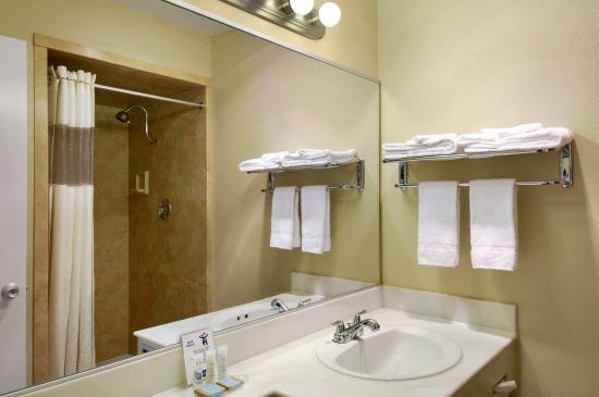 Travelodge Seattle University : Bathroom Shower