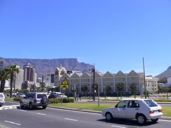 City Lodge Hotel V&A Waterfront: ホテルの前道路
