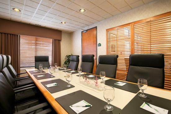 Wingate by Wyndham Calgary: Boardroom