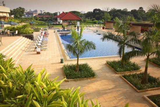 Radisson Blu Dhaka Water Garden : Tranquil View of the Pool Area - RBDWG