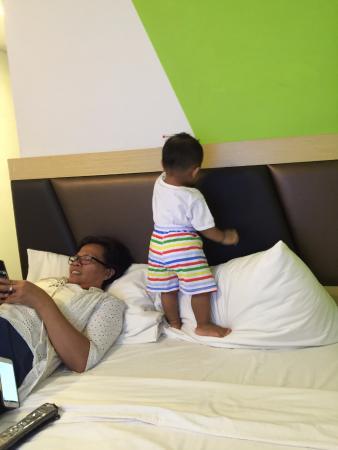Amaris Hotel: Tempat tidur quen sangat sempit untuk bertiga dengan anak kecil