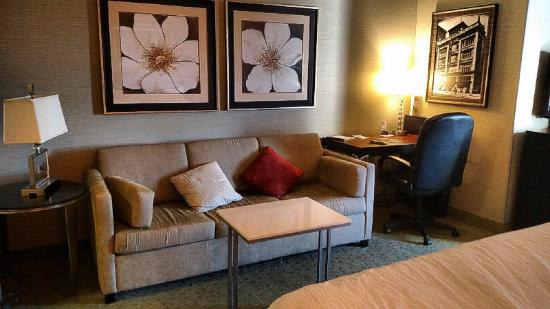 SpringHill Suites Memphis Downtown: Room / Sitting area