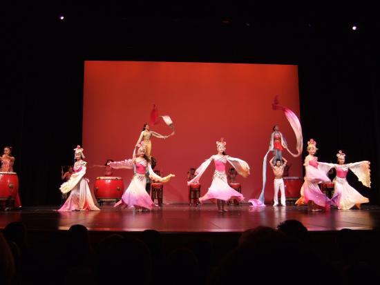 Lebanon, IL: Chinese acrobats
