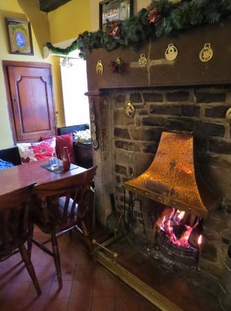 Wetton, UK: Warm and welcoming proper log fird