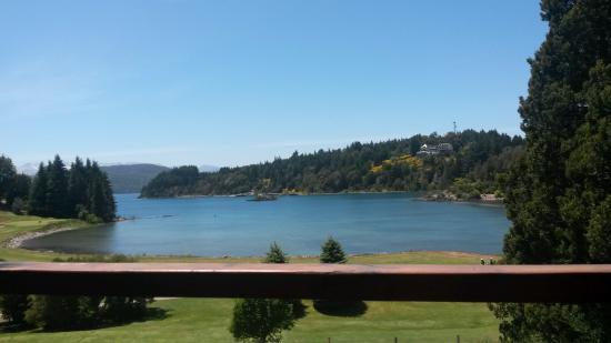 Club Social Llao Llao: Vista al lago desde la mesa en la terraza