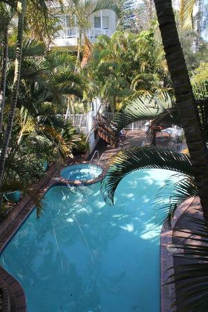 Surfers Del Rey Apartments: Esta es la piscina del Hotel - vista desde el balcón