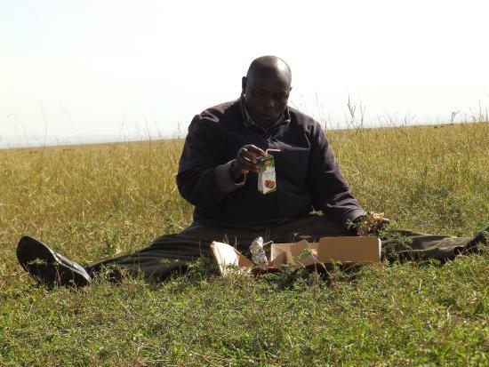 Fig Tree Camp: Onze chauffeur Sammy aan het ontbijt in de Masaai Mara.