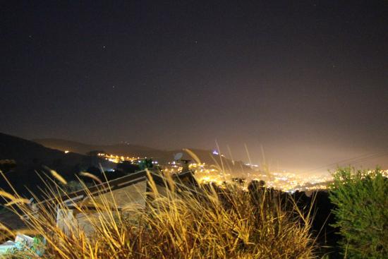 أوتيل بوزادا شانغري - لا: vista cidade noturna