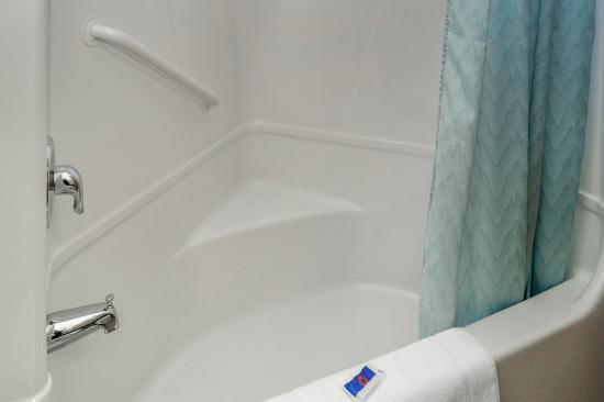 Motel 6 Peterborough: Bathroom